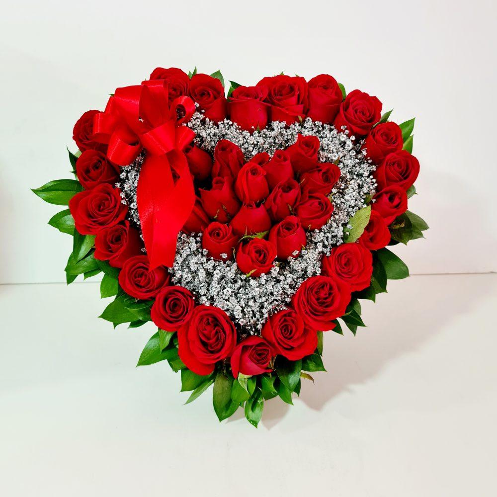 Arreglo floral de rosas rojas corazón
