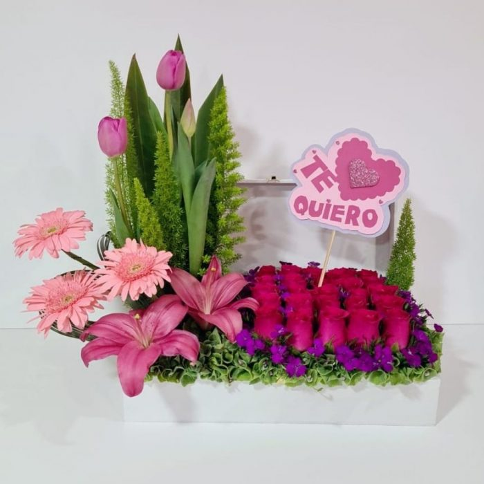 Arreglo de flores compuesto por 37 piezas de rosas Premium de invernadero en color rosa, colocadas en una base de madera decorada con una gerbera y una flor Acapulco