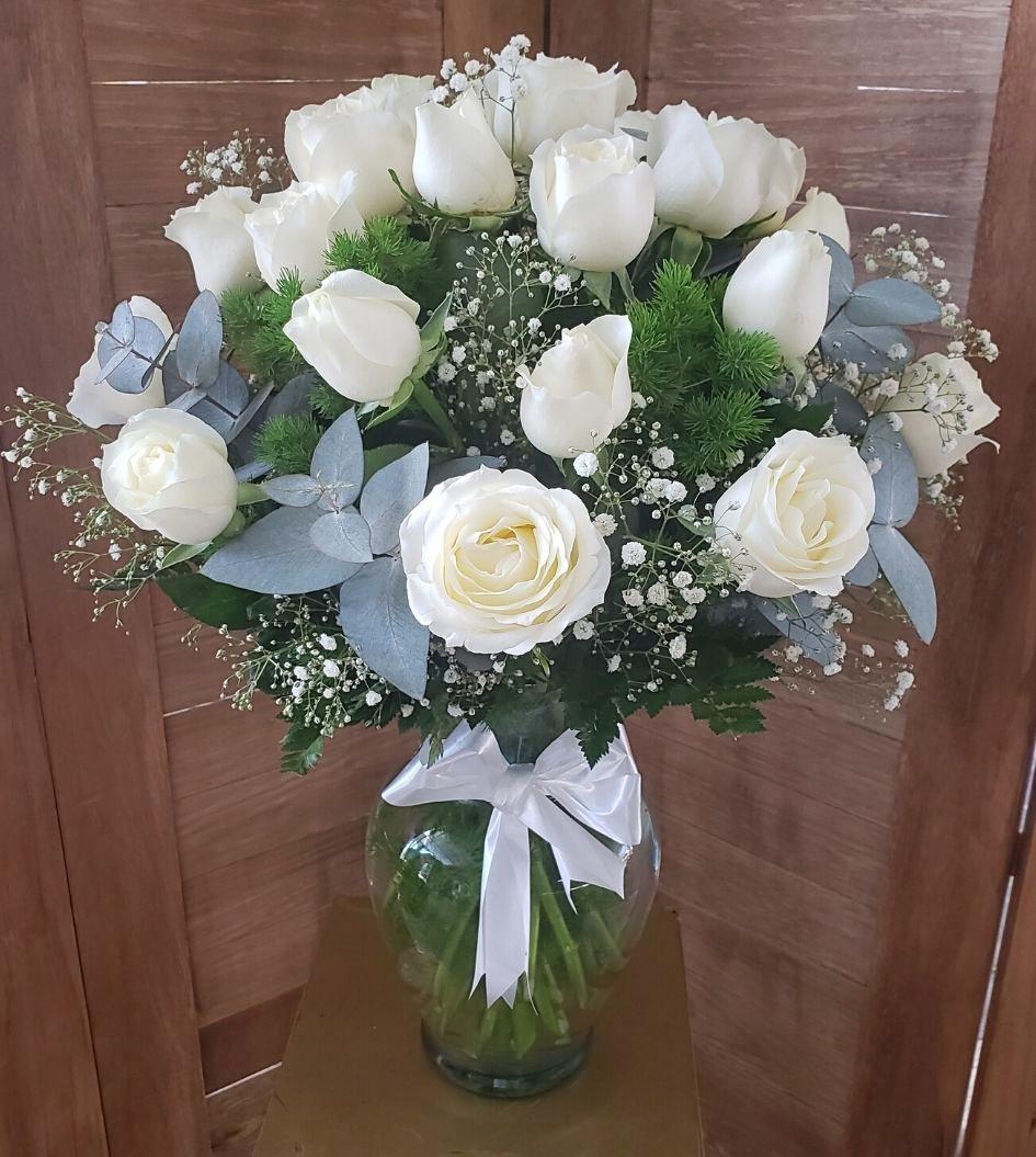 Ramo de rosas blancas en florero