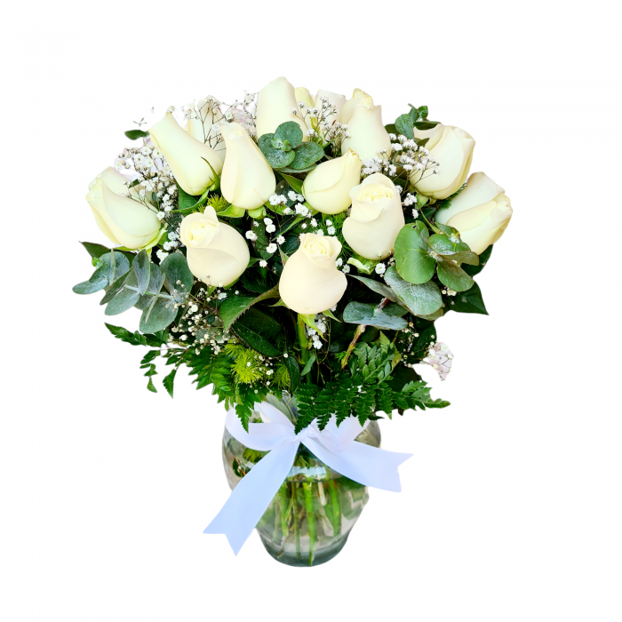Arreglo con rosas blancas en flor