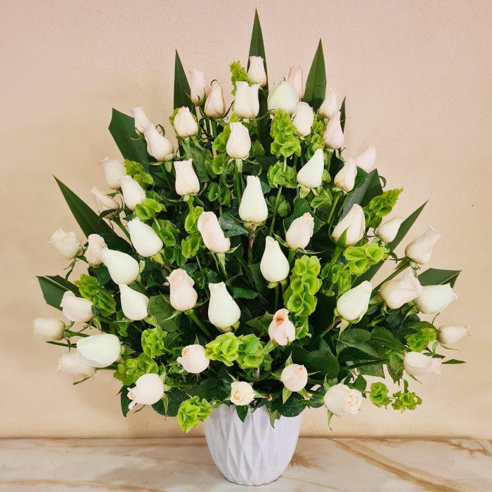 Arreglo floral funerario de rosas blancas 48 piezas
