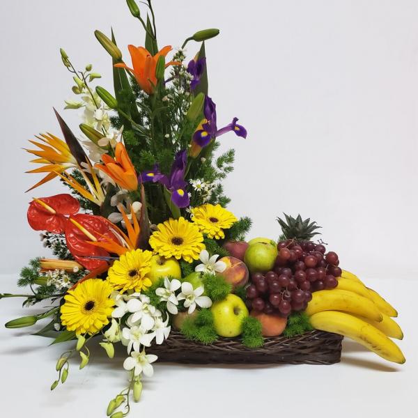 Canasta de flores aves de paraíso y frutas mixtas