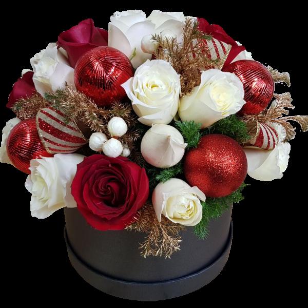 Caja de rosas y esferas navideñas