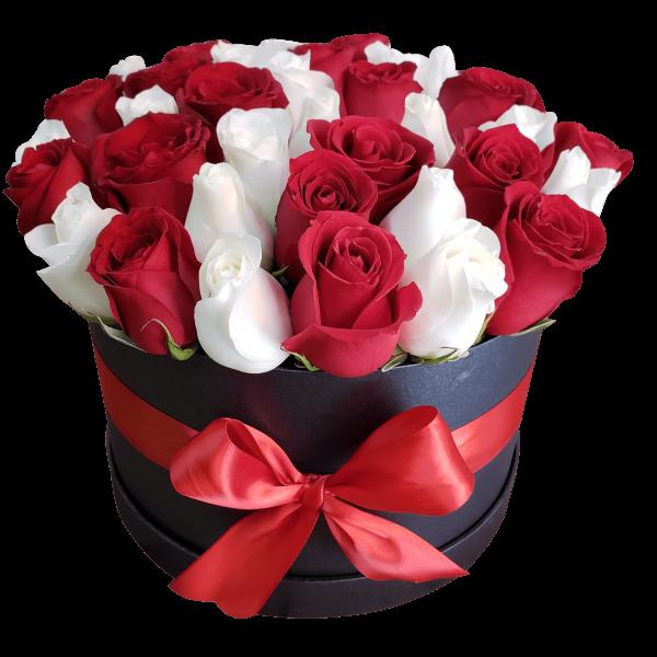 Caja de flores rosas rojas y blancas