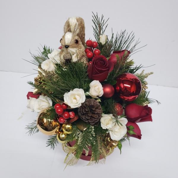 Caja de flores de navidad con ardilla de paja