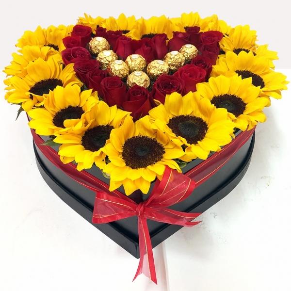 Caja Grande de Corazon de Girasoles, Rosas y Ferreros para el 14 de Febrero. (60 cm aprox.)