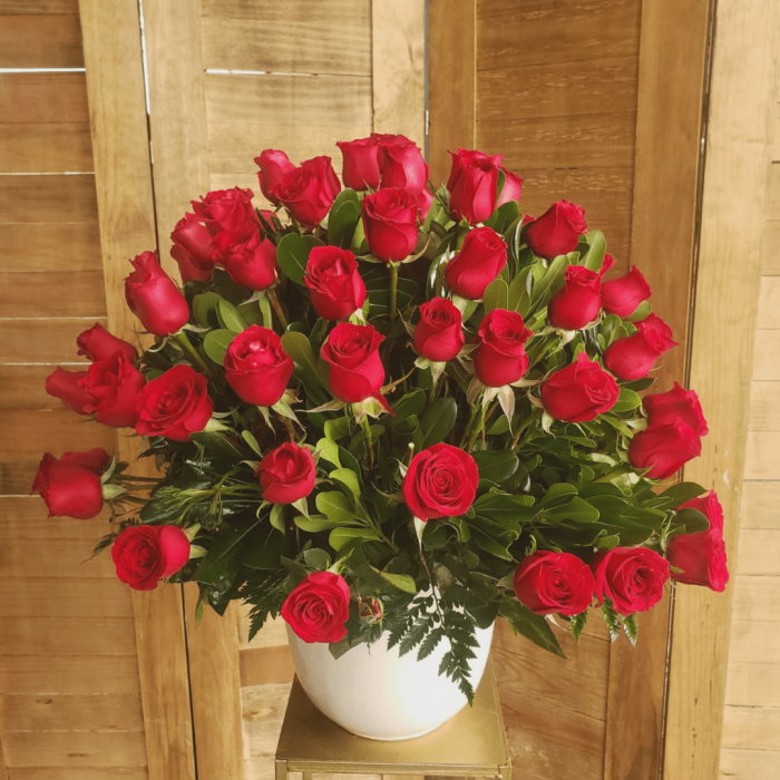 arreglo floral de rosas rojas