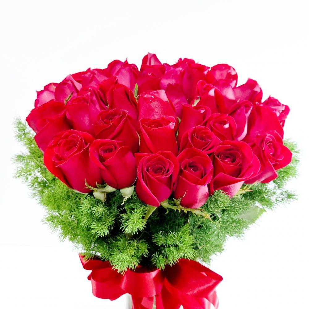 Rosas rojas en florero