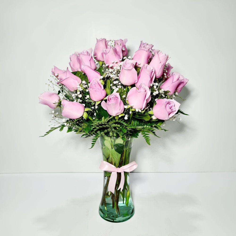 Arreglo con rosas rosadas en florero