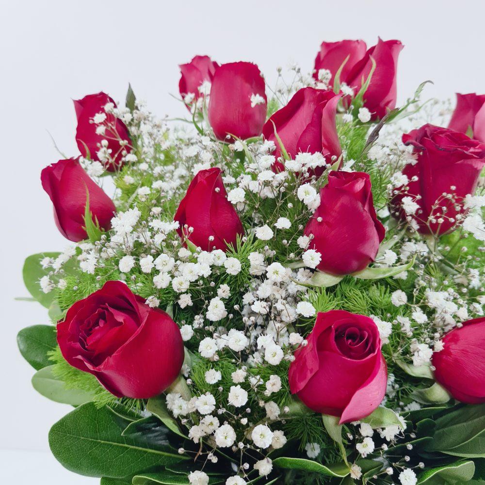 Arreglo de rosas rojas en florero
