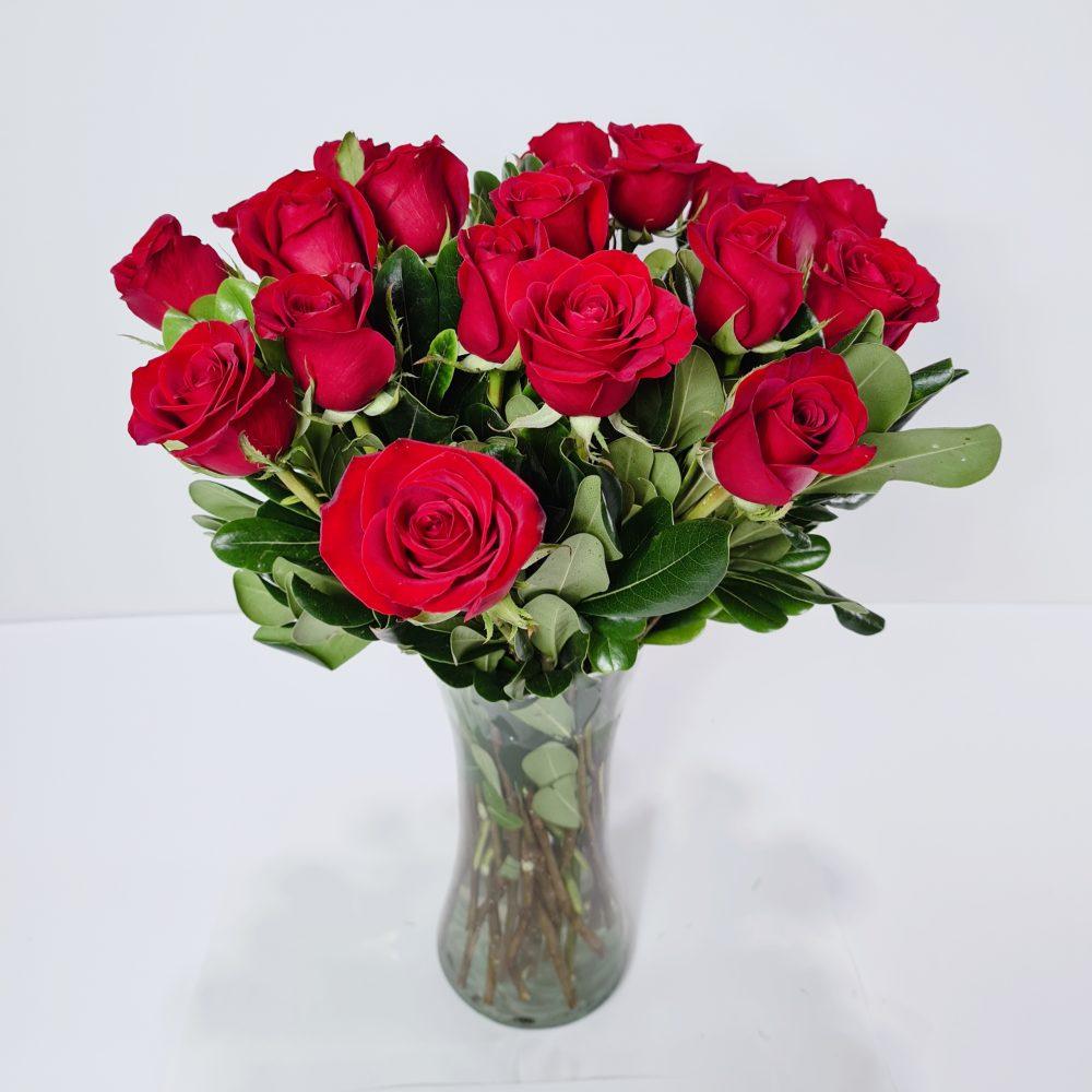 florero de rosas rojas